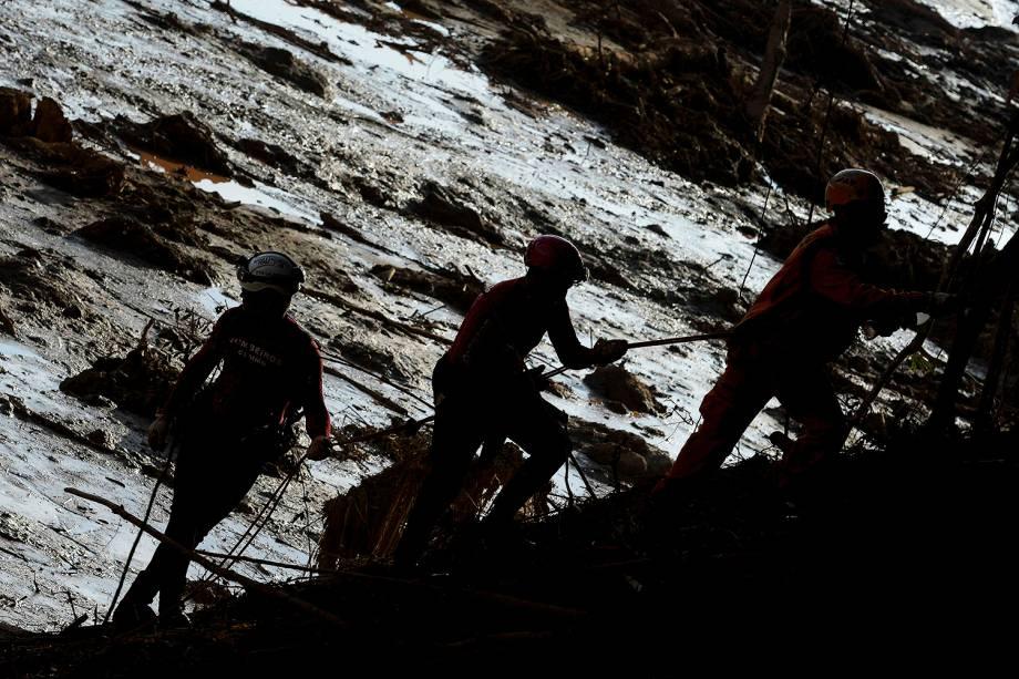 Membros de equipe de resgate procuram vítimas durante o quinto dia de buscas após o rompimento de barragem da mineradora Vale, em Brumadinho (MG) - 29/01/2019