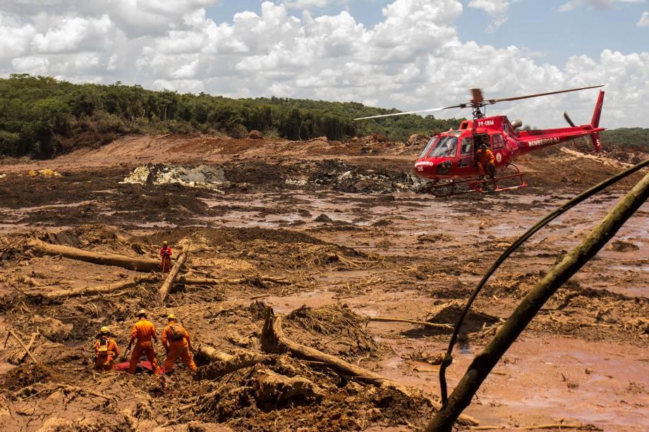 Bombeiros recuperam corpo com a ajuda de um helicóptero  em Brumadinho, Minas Gerais - 29/01/2019