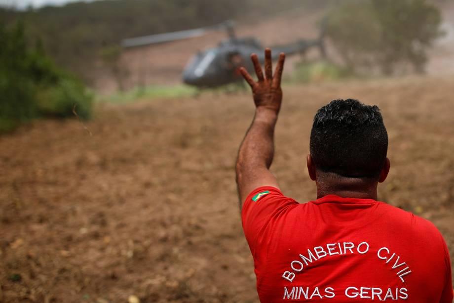 Bombeiro gesticula durante operação de resgate de vítimas após rompimento de barragem nos arredores da cidade de Brumadinho (MG) - 27/01/2019