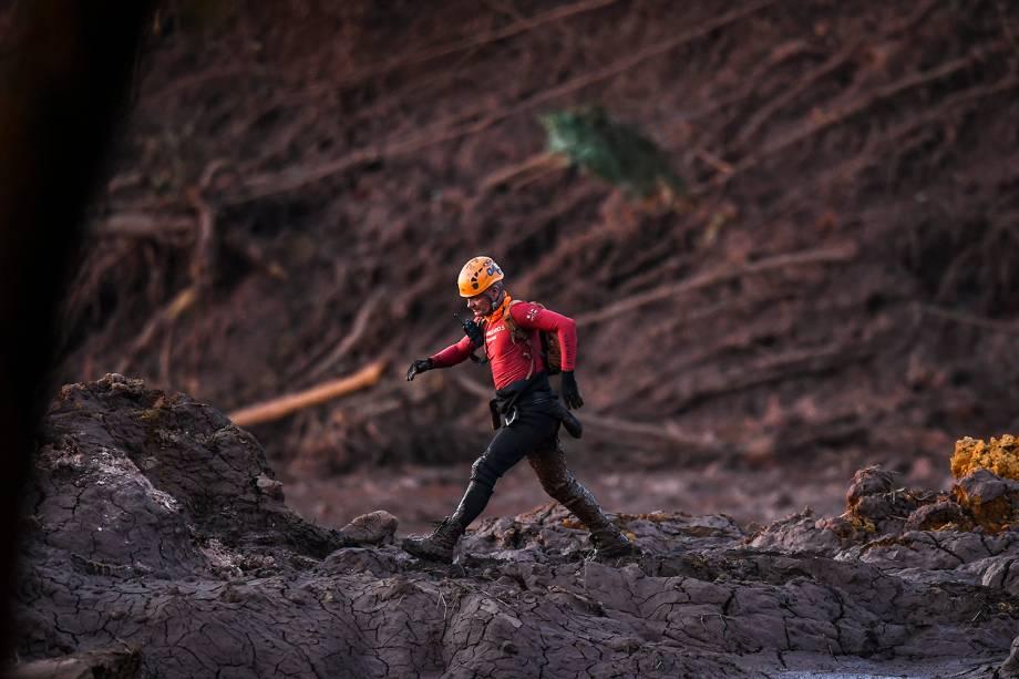 Bombeiro durante operação de resgate de vítimas após rompimento de barragem em Córrego do Feijão, nos arredores da cidade de Brumadinho (MG) - 27/01/2019