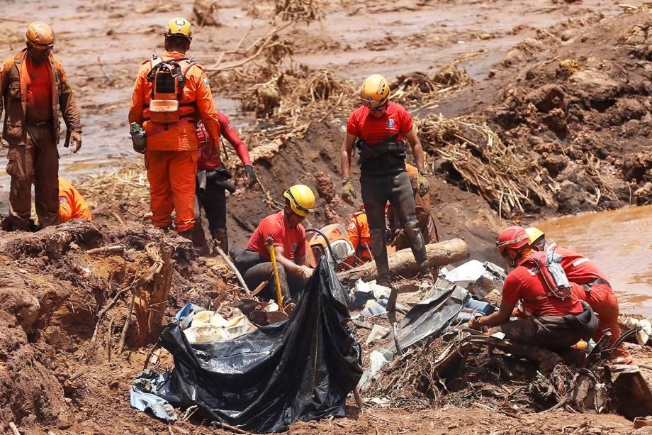 Membros de equipe de resgate procuram vítimas após rompimento de barragem nos arredores da cidade de Brumadinho (MG) - 28/01/2019