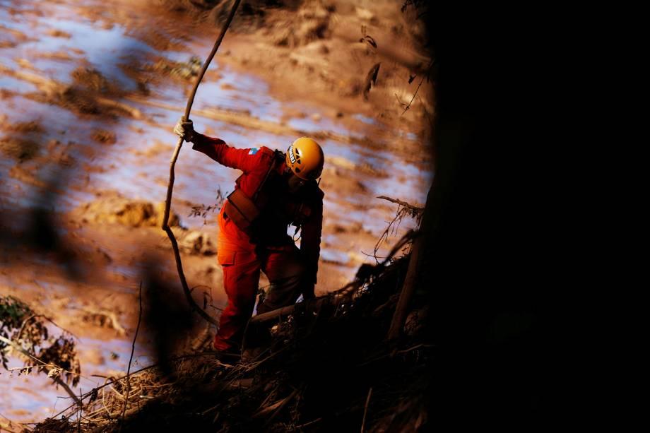 Membro de equipe de resgate procura vítimas após rompimento de barragem em Brumadinho (MG) - 28/01/2019