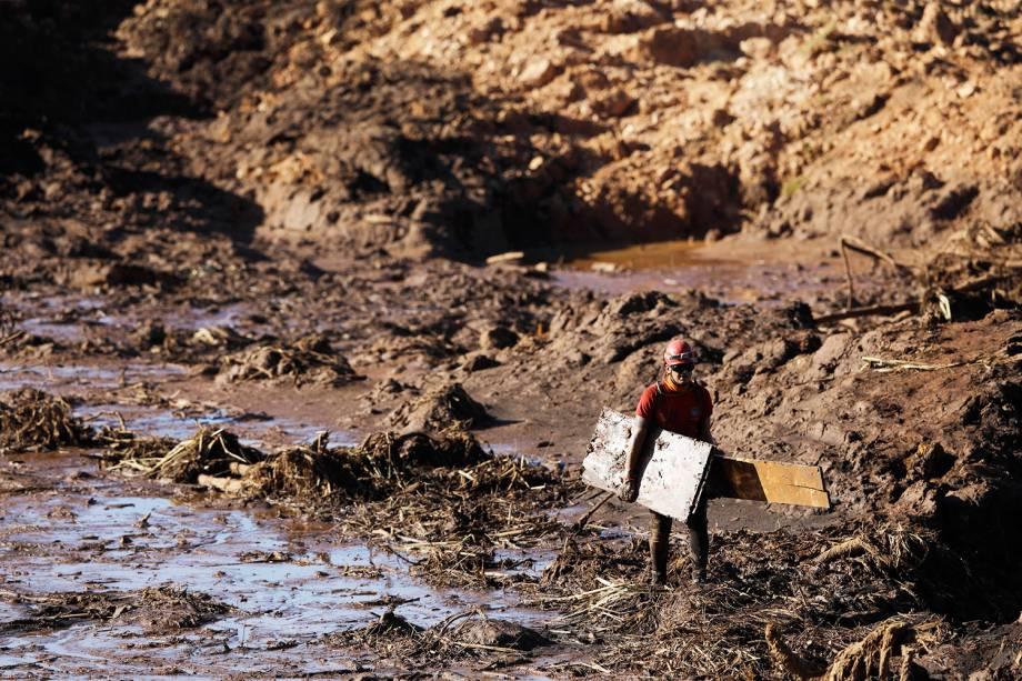 Bombeiro recolhe escombros em meio à lama após rompimento de barragem na cidade de Brumadinho (MG) - 28/01/2019