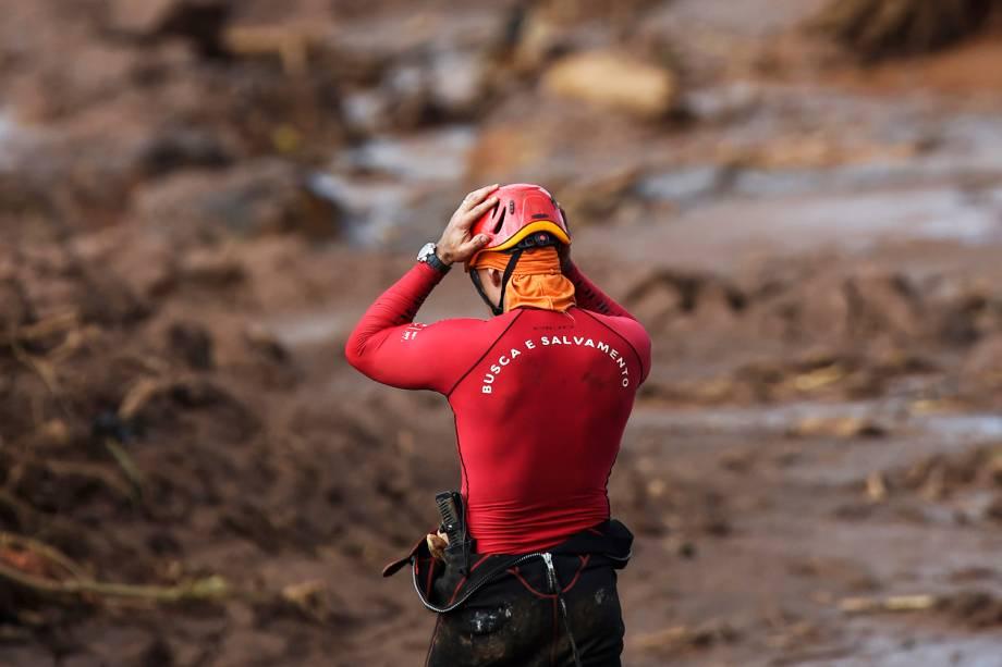 Bombeiro reage durante operação de resgate de sobreviventes e vítimas do rompimento de barragem em Brumadinho (MG) - 28/01/2019