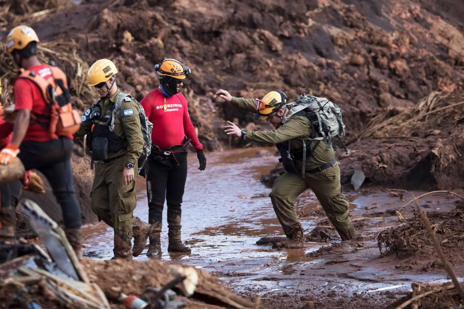 Membros de equipe de resgate israelense auxiliam nas buscas por vítimas após rompimento de barragem da mineradora Vale, na cidade de Brumadinho (MG) - 28/01/2019