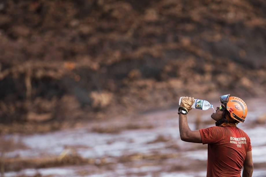 Bombeiro ingere água durante operação de resgate de vítimas do rompimento de barragem da mineradora Vale, em Brumadinho (MG) - 28/01/2019
