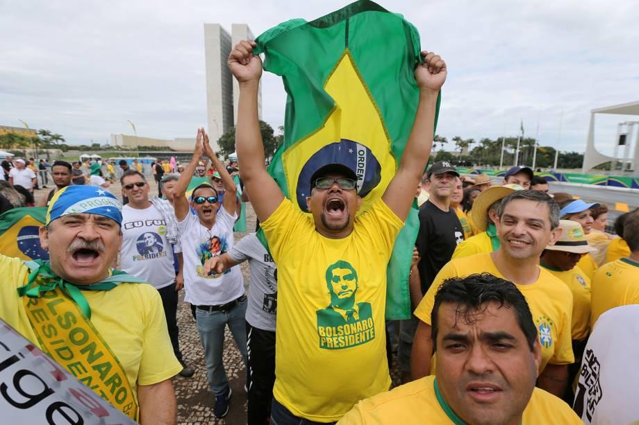 Apoiadores de Jair Bolsonaro, novo Presidente do Brasil, aguardam na Praça dos Três Poderes o início da cerimônia de posse em Brasília - 01/01/2019