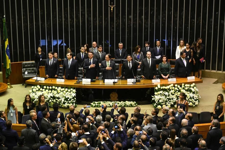O presidente eleito do Brasil, Jair Bolsonaro ouve o hino nacional no Congresso antes de tomar posse como novo presidente do Brasil, em Brasília - 01/01/2018