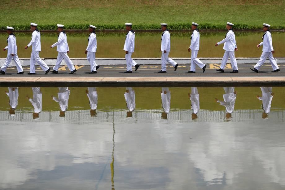 Oficiais da Marinha caminham fora do Congresso em Brasília - 01/01/2019