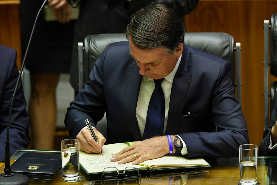Presidente Jair Bolsonaro assina termo de posse durante cerimônia em Brasília - 01/01/2018