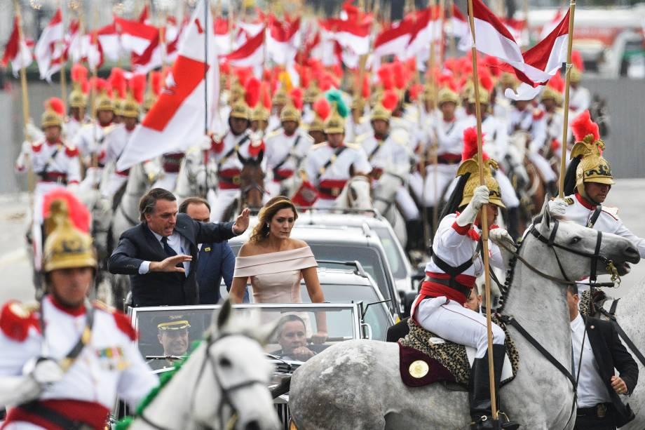 Comboio presidencial, liderado pelo presidente eleito Jair Bolsonaro e sua esposa Michelle Bolsonaro é surpreendido por um dos cavalos dos Dragões da Independência enquanto se dirige ao Congresso Nacional para a cerimônia de posse, em Brasília - 01/01/2019