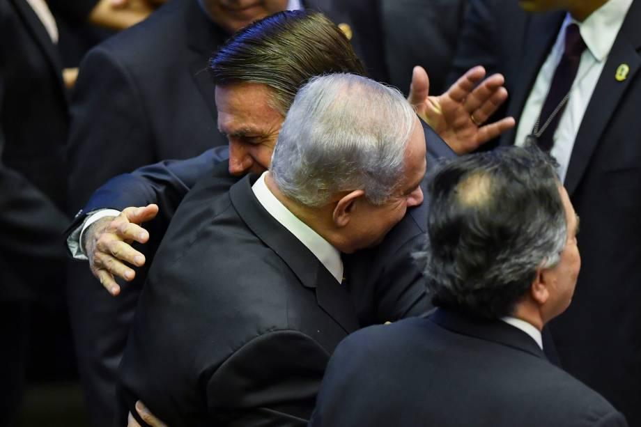O presidente do Brasil, Jair Bolsonaro, cumprimenta o primeiro-ministro israelense Benjamin Netanyahu, durante cerimônia de posse, no Congresso em Brasília - 01/01/2019