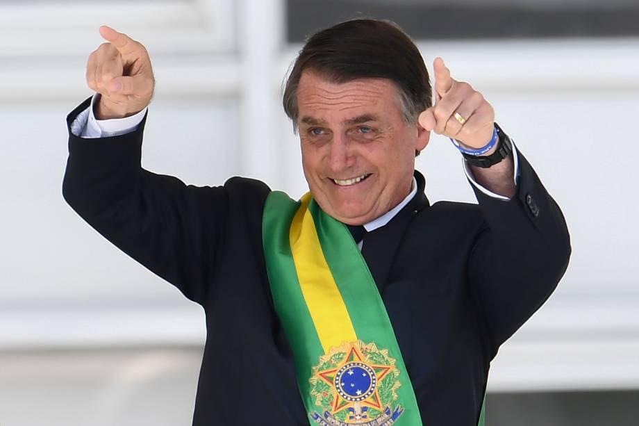 Presidente Jair Bolsonaro, saúda o público depois de receber a faixa presidencial de Michel Temer, no Palácio do Planalto, em Brasília - 01/01/2018