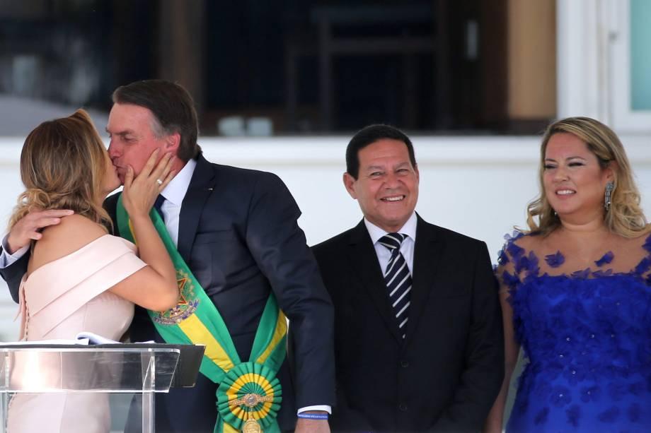 Presidente Jair Bolsonaro, beija sua esposa, Michelle Bolsonaro, durante seu discurso no Palácio do Planalto, em Brasília - 01/01/2018