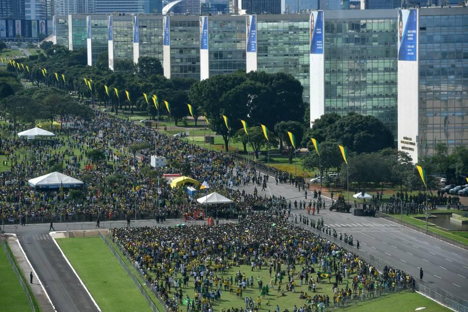 Apoiadores do presidente Jair Bolsonaro caminham na Esplanada dos Ministérios  durante a cerimônia de posse no Congresso Nacional em Brasília - 01/01/2018