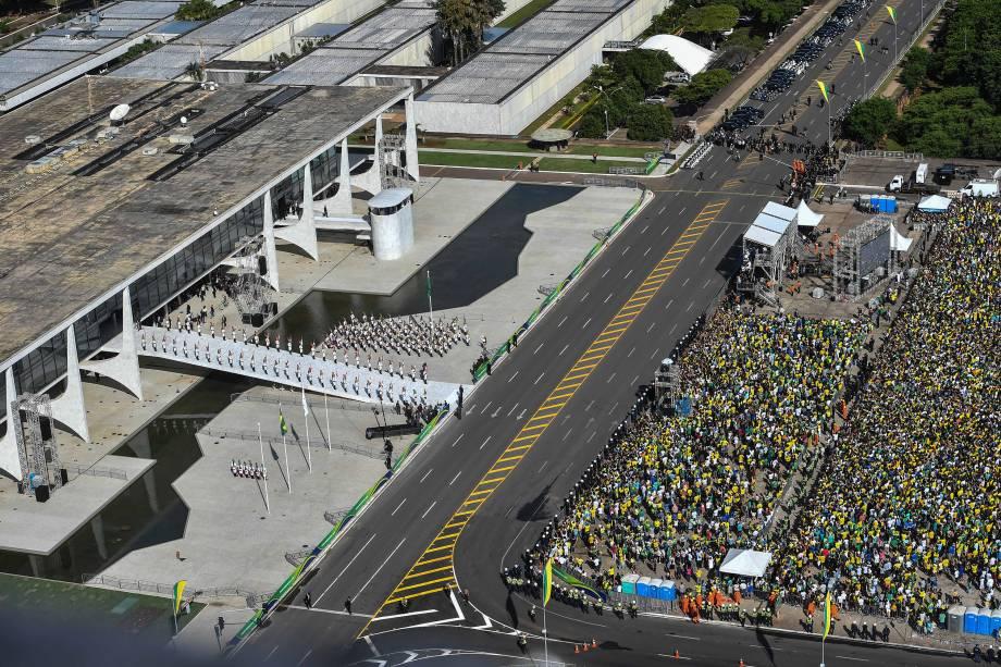 Apoiadores do novo presidente do Brasil, Jair Bolsonaro, se reúnem em frente ao Palácio do Planalto em Brasília - 01/01/2018