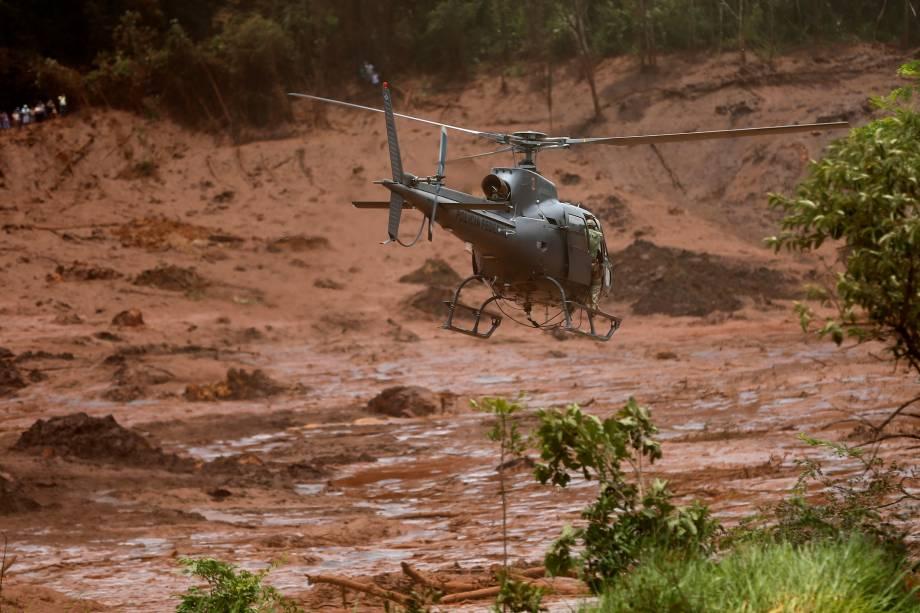 Helicóptero de resgate sobrevoa a área atingida pela lama da barragem de rejeitos da mineradora Vale que rompeu em Brumadinho (MG) - 27/01/2019