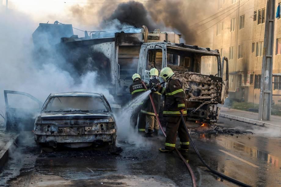 Bombeiros apagam as chamas de um caminhão e um carro incendiados durante a onda de violência que atinge o estado do Ceará, no bairro Conjunto Palmeiras, em Fortaleza - 03/01/2019