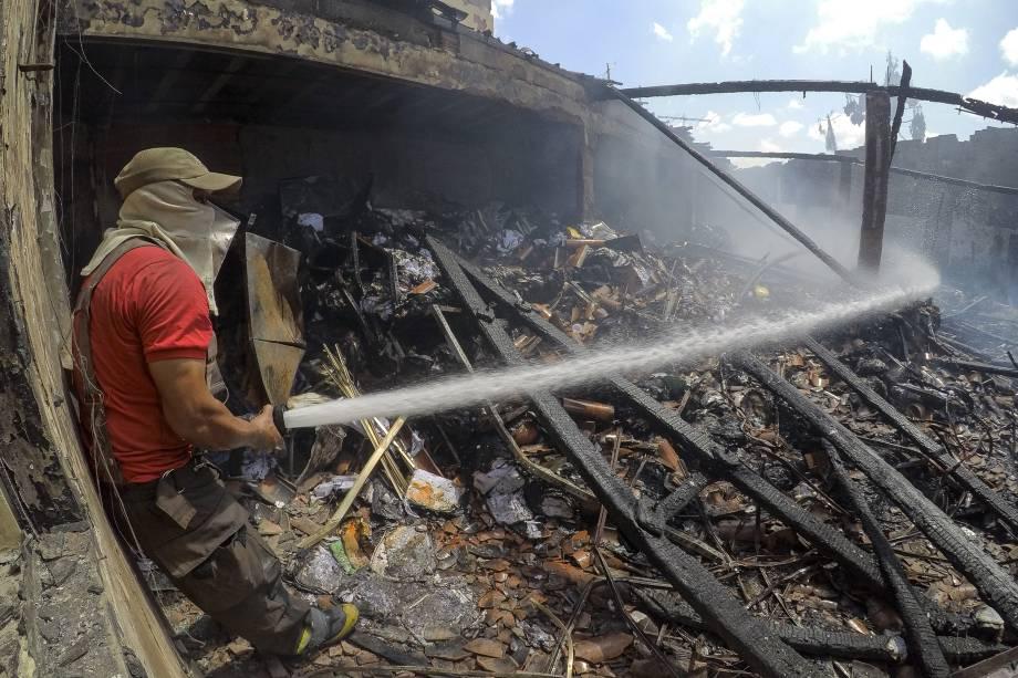 Bombeiros tentam conter incêndio em um imóvel do Sistema Nacional de Emprego (SINE) que servia de arquivo no bairro Barra do Ceará, periferia de Fortaleza. Já passa de 80 o número de ataques criminosos registrados em Fortaleza, região metropolitana e interior - 05/01/2019