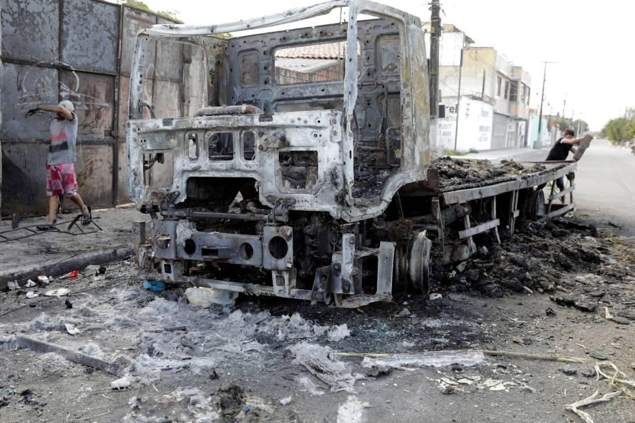 Caminhão fica completamente destruído após ser incendiado por criminosos durante onda de ataques em Fortaleza, Ceará - 07/01/2018