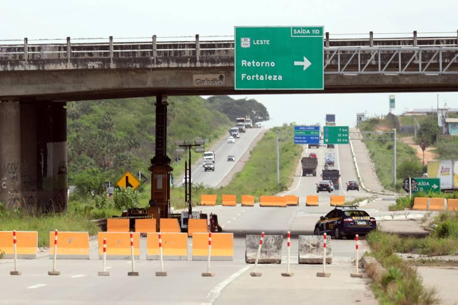Viaduto na rodovia BR-020, teve a estrutura comprometida, após uma de suas colunas ter sido atingida por uma bomba lançada por criminosos em Fortaleza, no Ceará - 08/01/2019