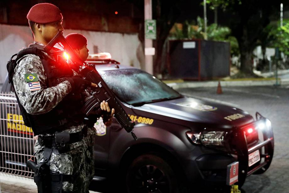 Membros da Força Nacional da Segurança fazem patrulha próximo de terminal de ônibus em Fortaleza (CE) - 08/01/2019