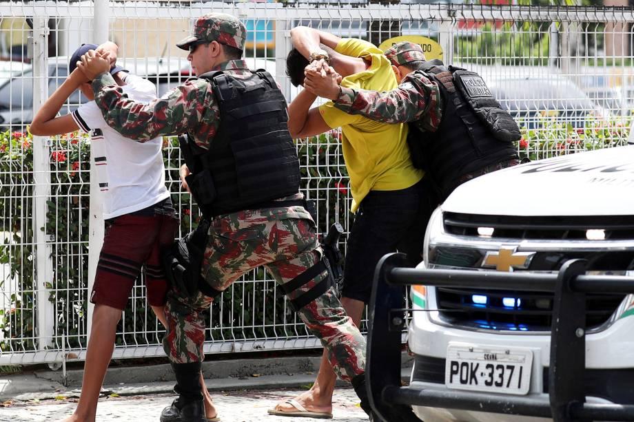 Policiais revistam suspeitos em rua de Fortaleza (CE) - 09/01/2019