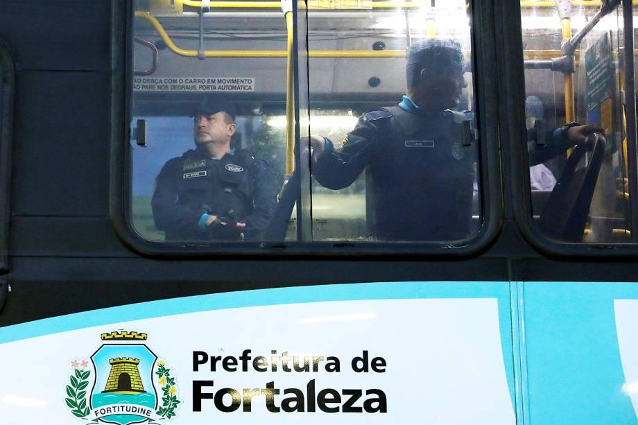 Policiais escoltam moradores dentro de ônibus na cidade de Fortaleza (CE) - 09/01/2019