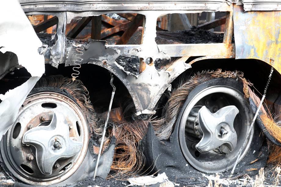 Ônibus usado por banda de forró é incendiado em garagem durante onda de violência que atinge Fortaleza (CE) - 10/01/2019