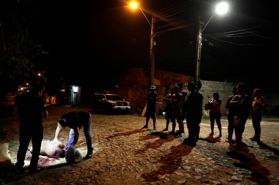 Técnicos forenses inspecionam o cadáver de um homem não identificado nos arredores de Fortaleza - 11/01/2019