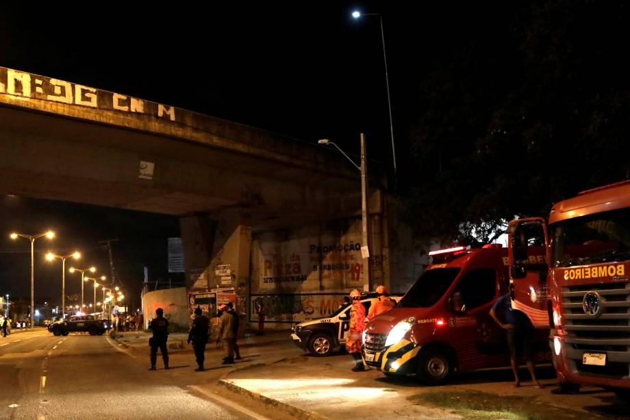 Policiais inspecionam uma das colunas do viaduto da Yipióca que foi danificada por uma bomba em Fortaleza, no Ceará - 11/01/2019