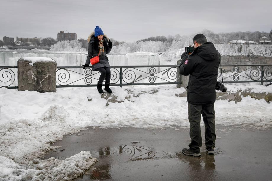 Casal tira fotos nas paisagens congeladas das Cataratas do Niágara, em Ontário, Canadá - 23/01/2019