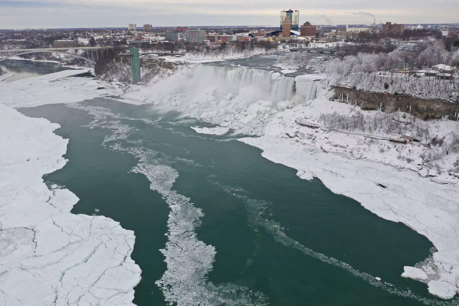 Foto tirada do lado americano mostra o gelo sobre o Rio Niágara e ao redor das quedas d'água, em Nova York - 23/01/2019