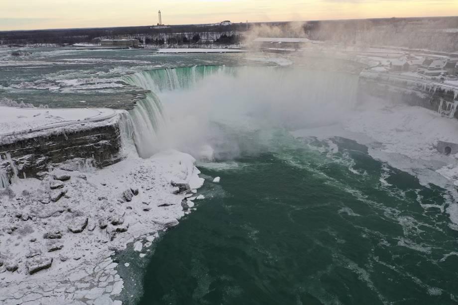 Foto aérea tirada do lado americano mostra a água fluindo ao redor do gelo, devido às temperaturas abaixo de zero nas Cataratas do Niágara, em Nova York - 23/01/2019
