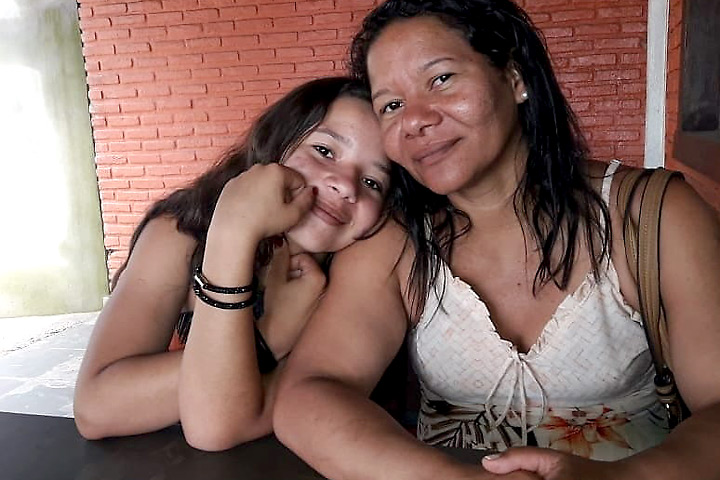 A menina Lays com a mãe, Alessandra: o pai da garota,José Antônio Soares Pereira, não tem mais esperança de encontrar a filha com vida