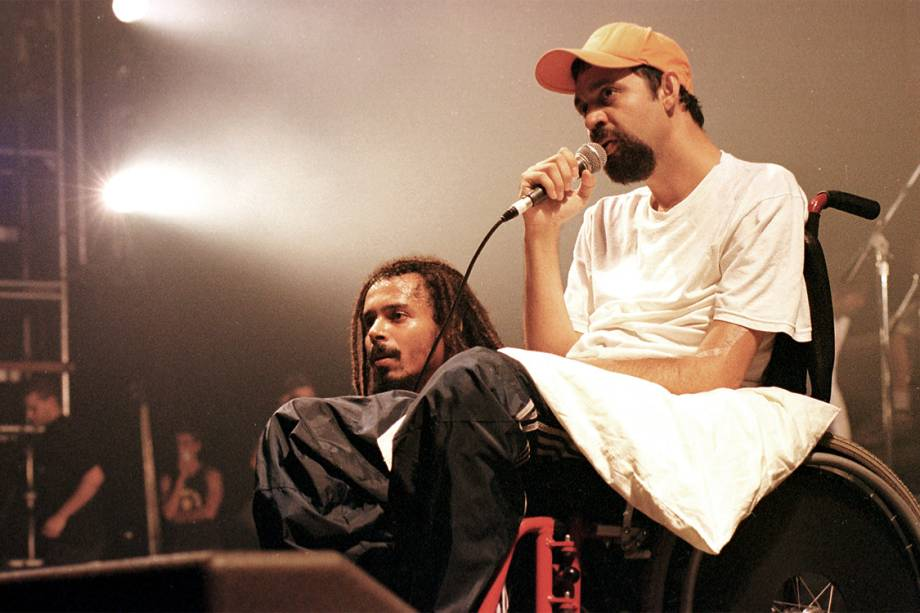 Marcelo Yuka, baterista e letrista do conjunto musical O Rappa, que ficou paraplégico ao ser baleado durante um assalto, fala para uma platéia de universitários durante um show fechado do grupo - 13/2/2001
