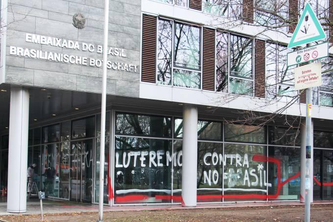 Embaixada brasileira em Berlim é alvo de pichações
