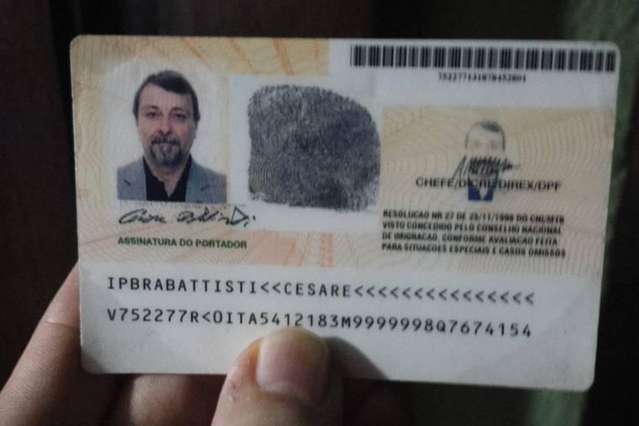 Cesare Battisti aparece em foto com barba e bigode em seu documento de identidade depois que ele foi preso na cidade boliviana de Santa Cruz de la Sierra - 13/01/2019