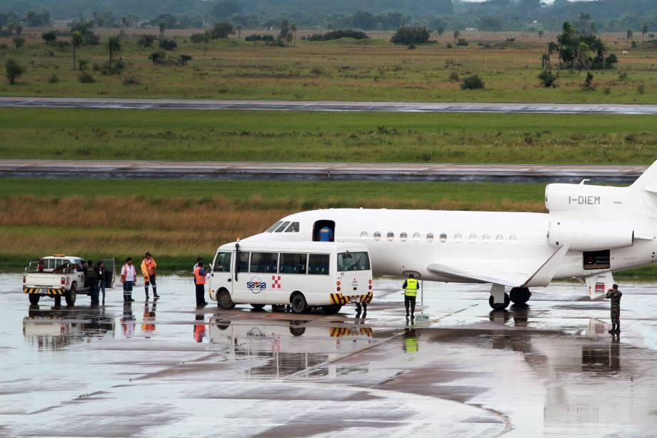 Avião que transporta o italiano Cesare Battisti, procurado na Itália por quatro homicídios atribuídos a um grupo de extrema-esquerda nos anos 1970, em Santa Cruz de La Sierra, Bolívia - 13/01/2019