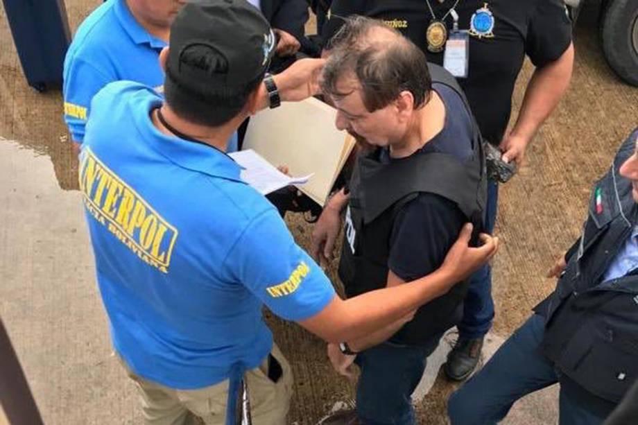 Cesare Battisti é escoltado por policiais da Interpol antes de embarcar em Santa Cruz de la Sierra, na Bolívia - 13/01/2019