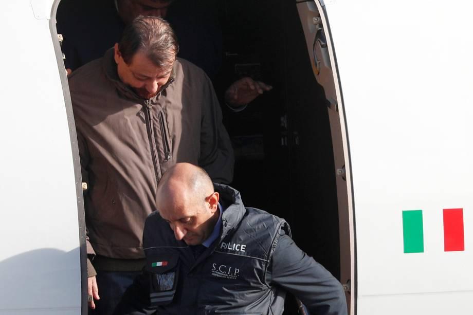 O ex-guerrilheiro de esquerda italiano Cesare Battisti chega ao aeroporto de Ciampino em Roma, Itália, após ter sido preso na Bolívia - 14/01/2019