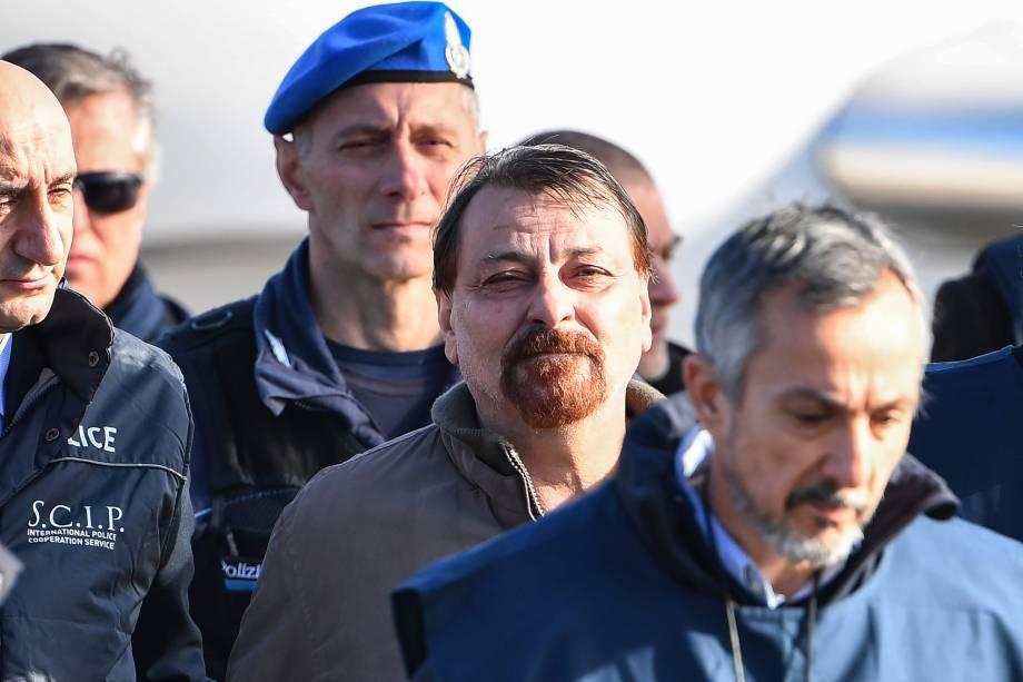 Cesare Battisti, procurado na Itália por envolvimento em quatro assassinatos atribuídos a um grupo de extrema-esquerda na década de 1970, é escoltado por policiais italianos ao desembarcar em Roma após ser preso na Bolívia - 14/01/2019