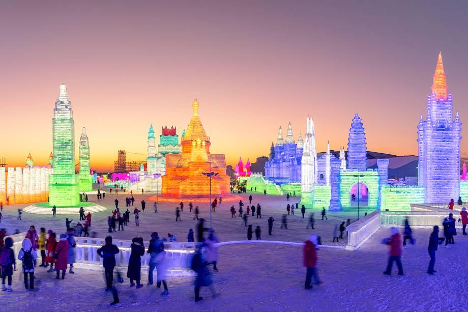 Visitantes do Festival Internacional de Esculturas de Gelo e Neve de Harbin, província de Heilongjiang, China - 04/01/2019