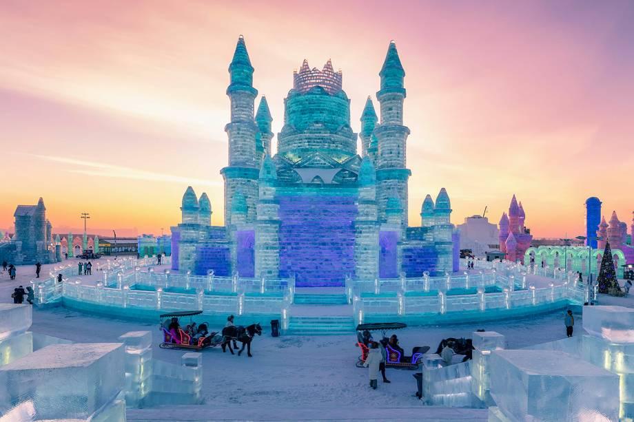 Pessoas visitam castelo esculpido em gelo no Festival Internacional de Esculturas de Gelo e Neve de Harbin, província de Heilongjiang, China - 04/01/2019