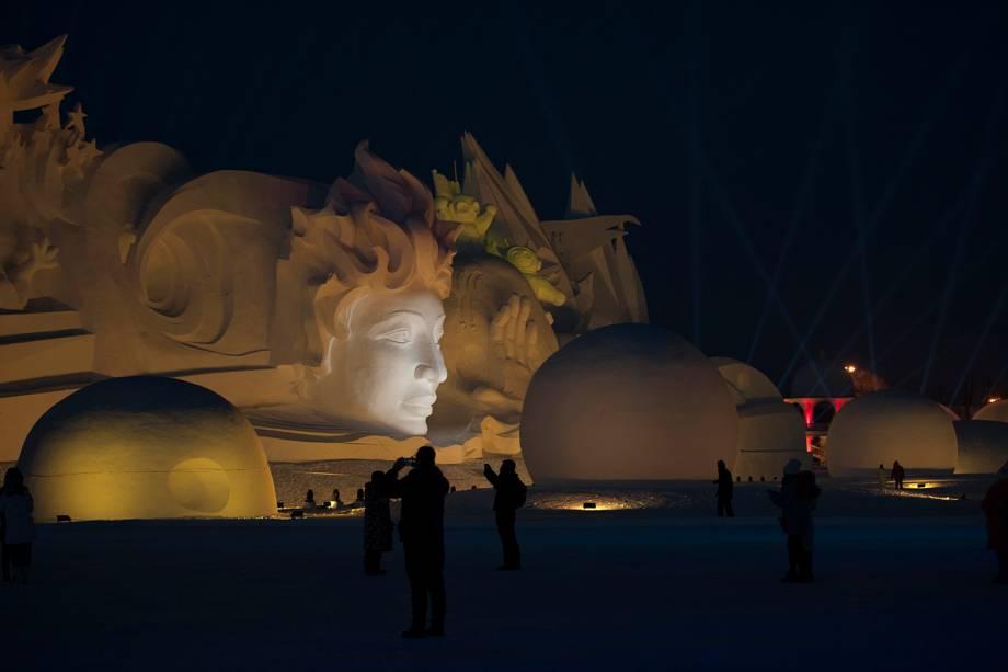 Turistas visitam e fotografam obras do Festival Internacional de Esculturas de Gelo e Neve de Harbin, província de Heilongjiang, China - 04/01/2019