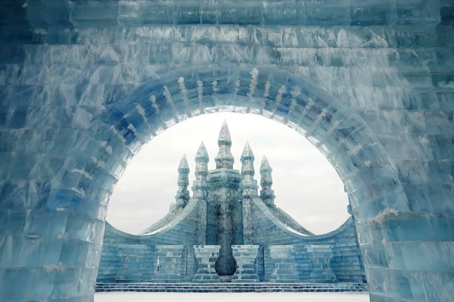 Castelo esculpido em gelo no Festival Internacional de Esculturas de Gelo e Neve de Harbin, província de Heilongjiang, China - 04/01/2019