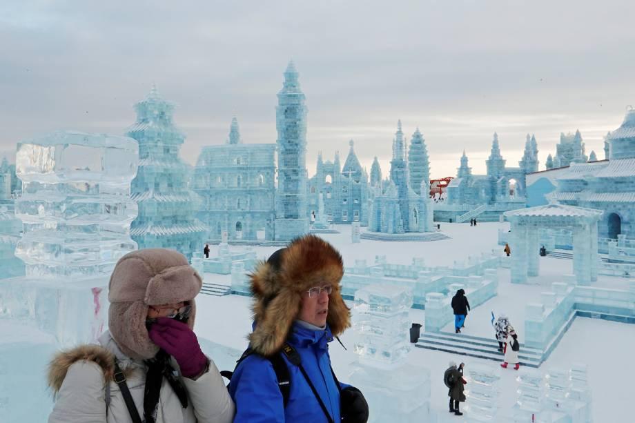 Visitantes caminham por esculturas de gelo no Festival Internacional de Esculturas de Gelo e Neve de Harbin, província de Heilongjiang, China - 04/01/2019