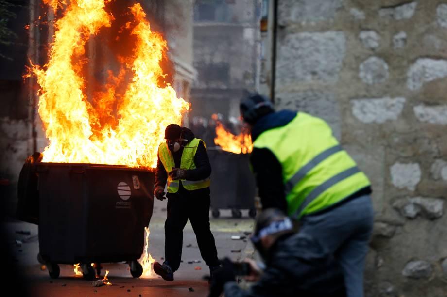 Manifestante queima latão de lixo durante protesto contra o governo, em Rouen, na França - 05/01/2019