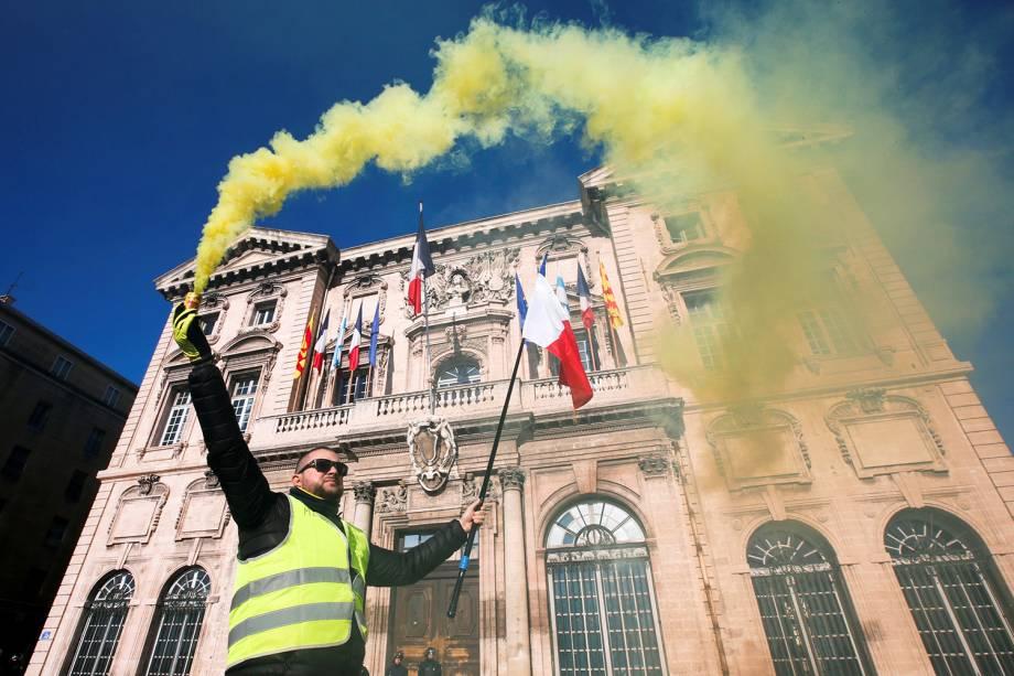 Manifestante com colete amarelo carrega bandeira francesa durante protestos contra o governo em Marselha - 05/01/2019