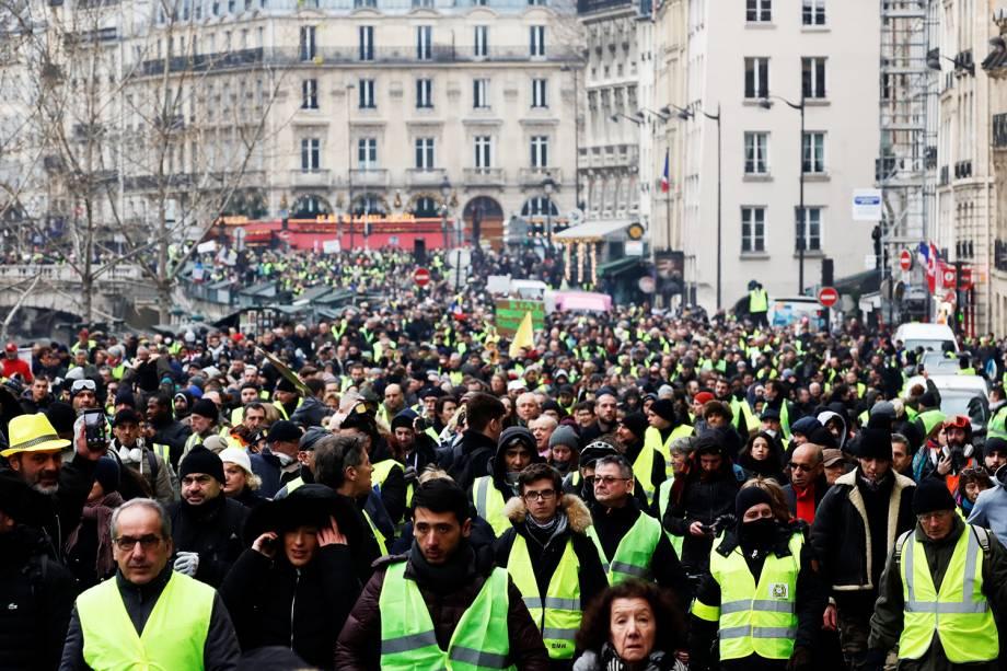 Manifestetes com coletes amarelos protestam contra o governo em Paris, capital da França - 05/01/2019